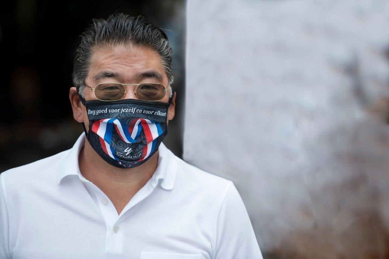 Won yip horeca draagt mondkapje corona