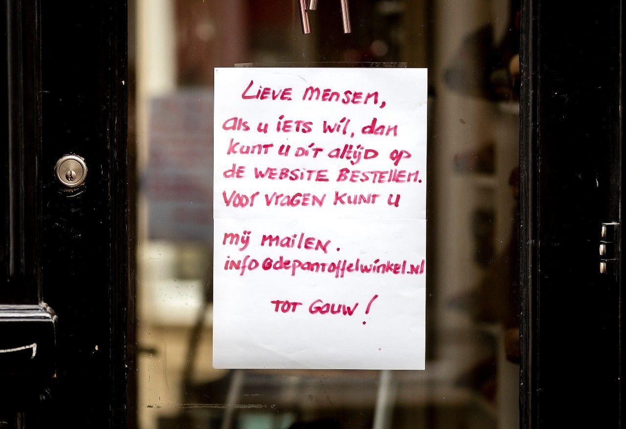 Pantoffelwinkel etalage raam lockdown click and collect