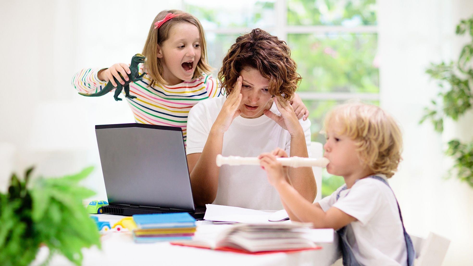 Thuiswerk vervelende kinderen moeder