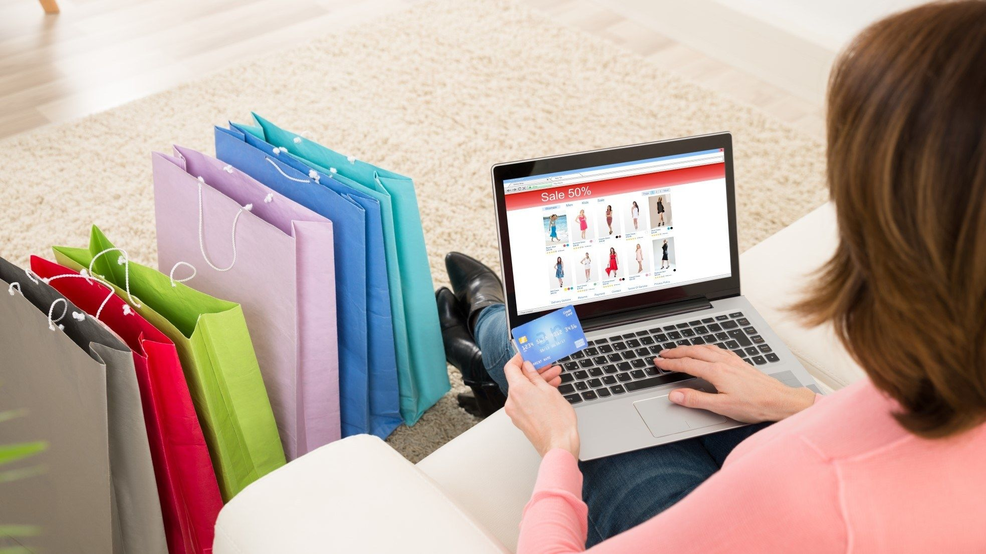 Vrouw online aanbieding creditcard