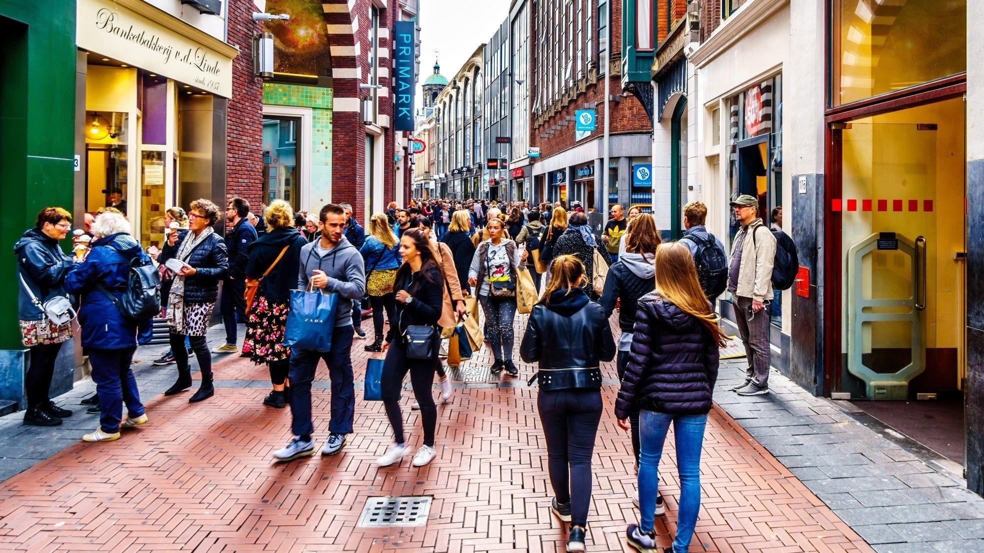 Winkelstraat druk amsterdam