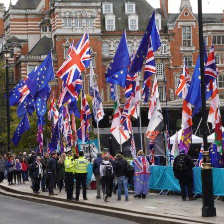 Brexit deal Londen flags unsplash