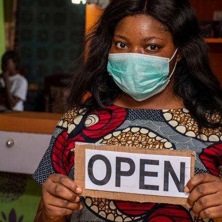 Afrika ondernemer open mondkapje