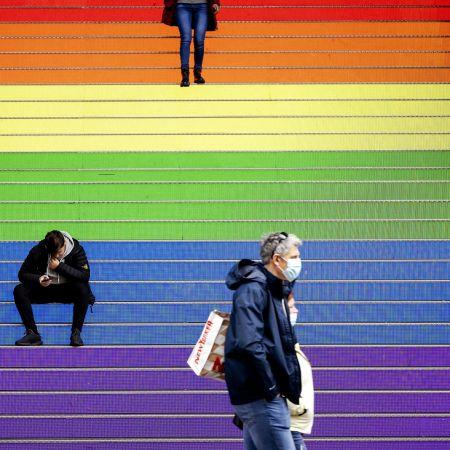 Regenboogvlag pride den haag trappen vk