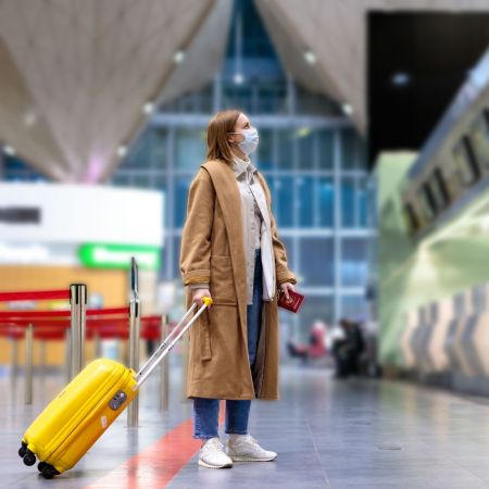 Toerist koffer mondkapje vliegveld vk