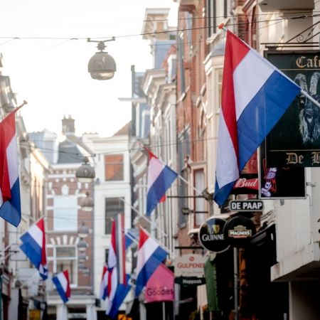 Vlag roodwitblauw nederland winkelstraat koningsdag
