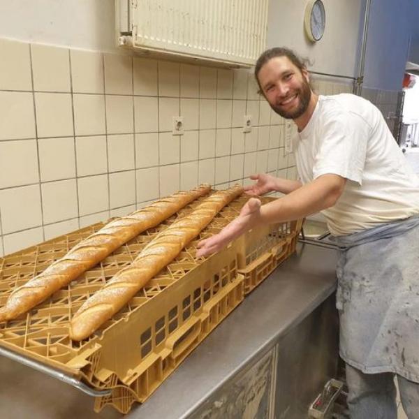 Broodbakker Arjan Bruijn met de anderhalve meter stokbroden