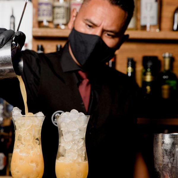 Nachtleven uitgaan corona mondkapje barman test