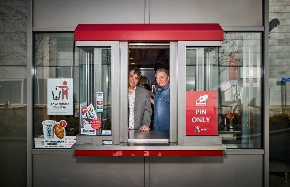 Ron links en Michel de Kok in het loket van de drive thru bij de Kuip die in coronatijd wel veel klanten trekt