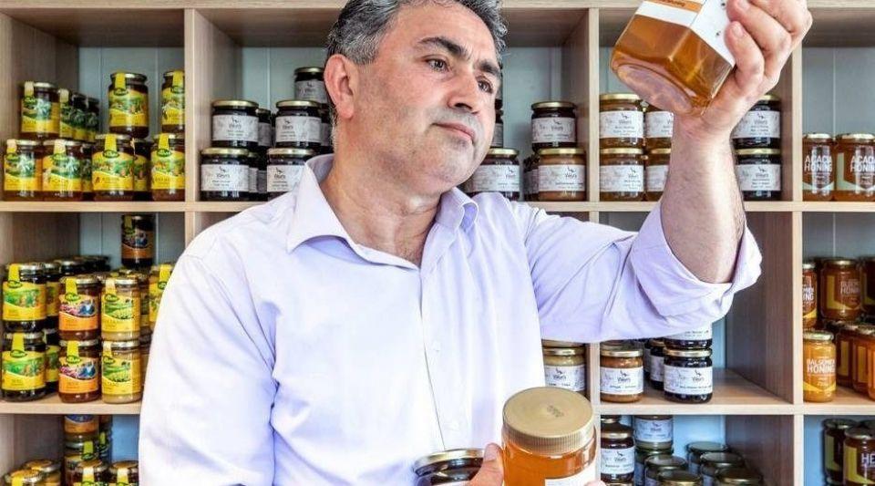 Ahmet Taskan in zijn Honingwinkel in Utrecht