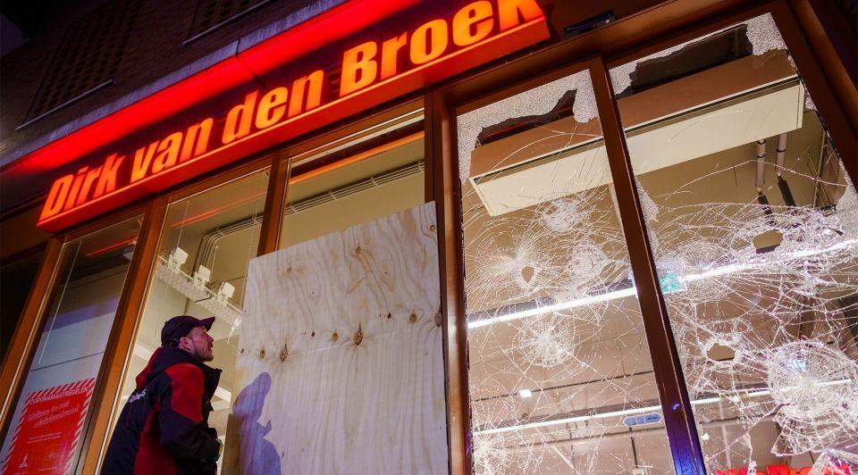 Dirk supermarkt rotterdam rellen avondklok nacht