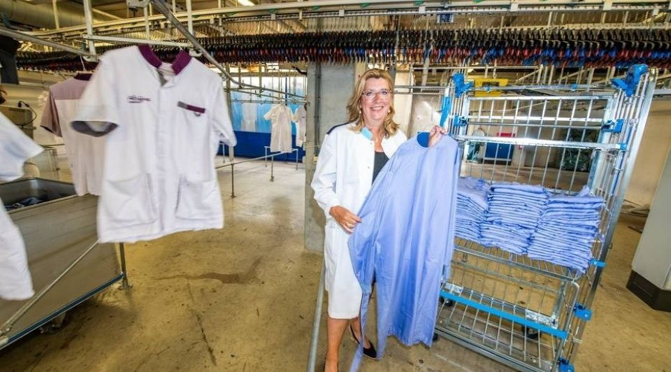 Monique Chaudron met de nieuwe groene isolatiejas van Clean Lease