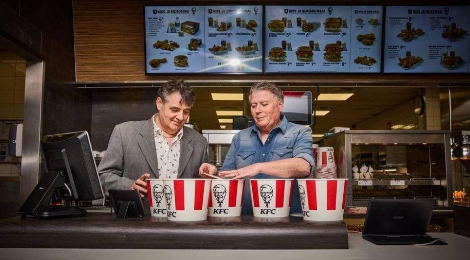 Nederlandse KFC grondleggers Ron links en Michel de Kok staan voor even weer achter de counter