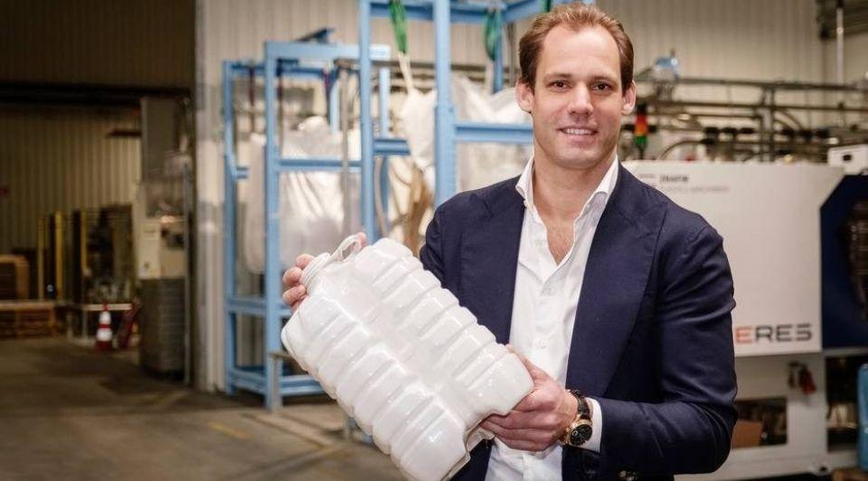 Paul Harkema in de fabriek van Pet Innovators