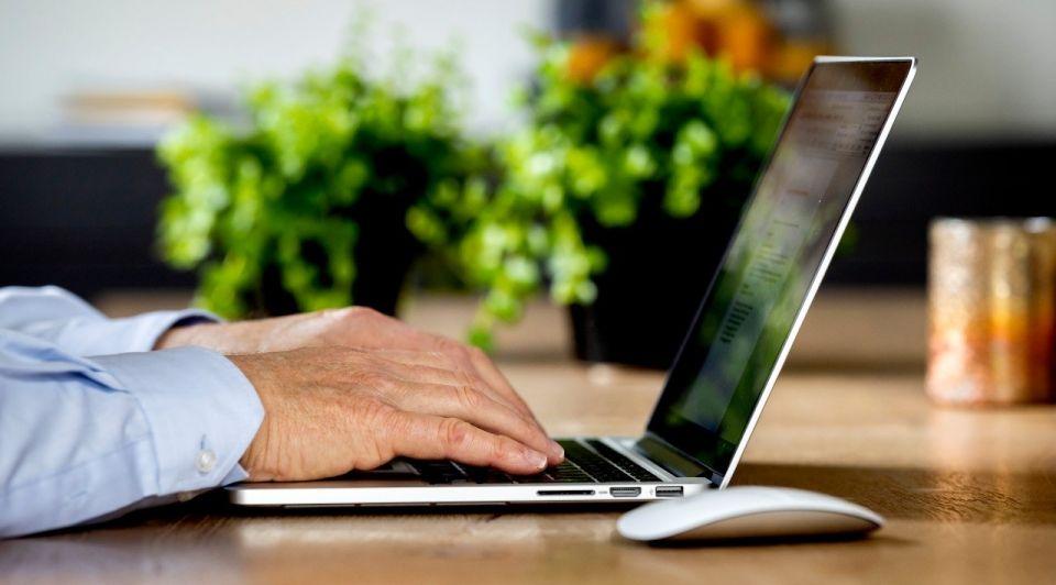 Thuiswerken kantoorspullen werkplek lockdown maatregelen
