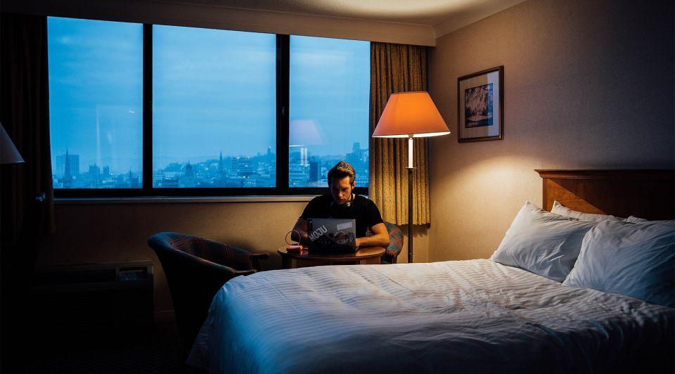 Voor De Thuis Werkers hotelkamer man laptop