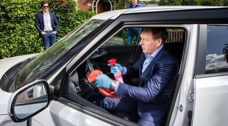 Autodealer frank Vaneman reinigt een auto voor potentiele kopen2