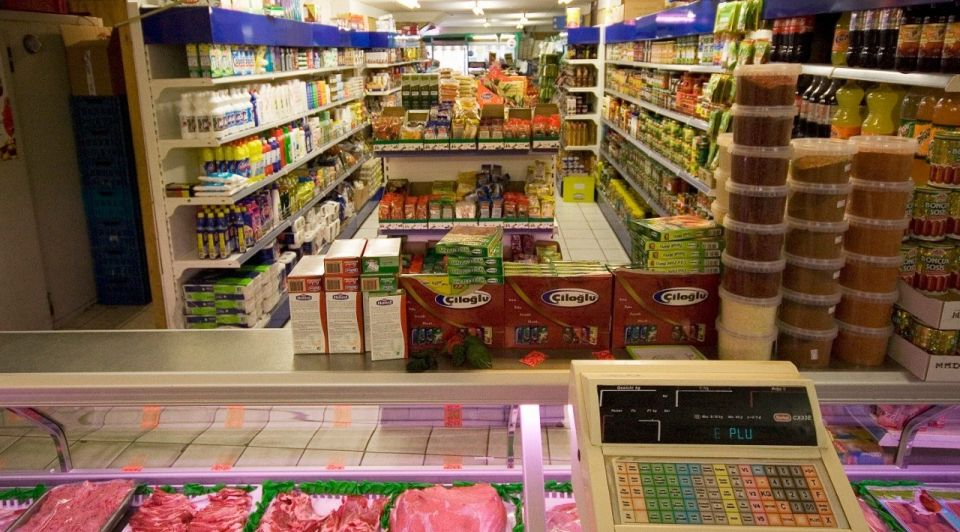 Buurtwinkel supermarkt togs corona