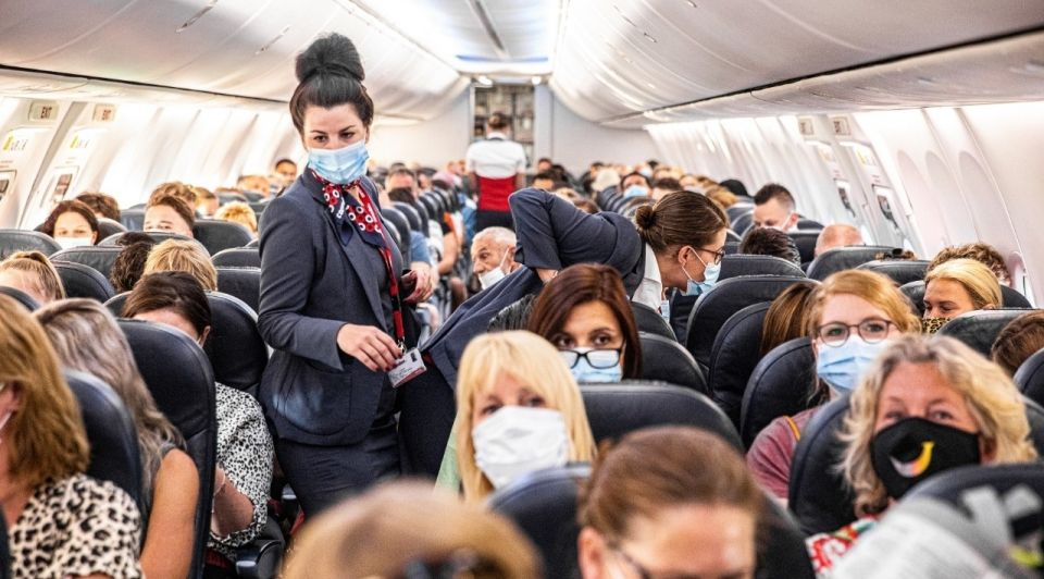 Corendon vakantievlucht vliegtuig mondkapjes corona