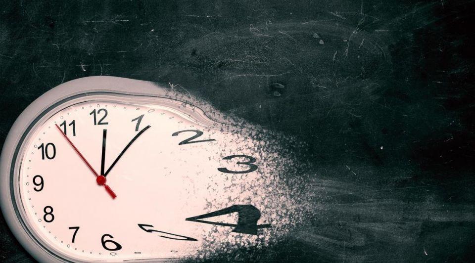 Klok tijd vijf over twaalf coronacrisis