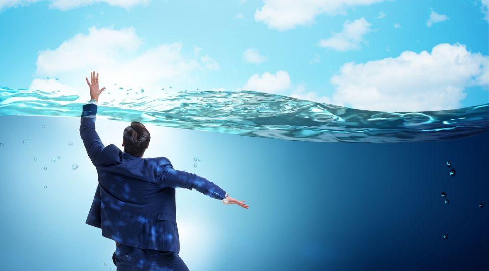 Man onderwater failliet liggend