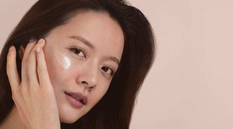 Model vrouw huidcreme