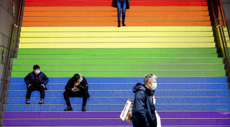 Regenboogvlag pride den haag trappen
