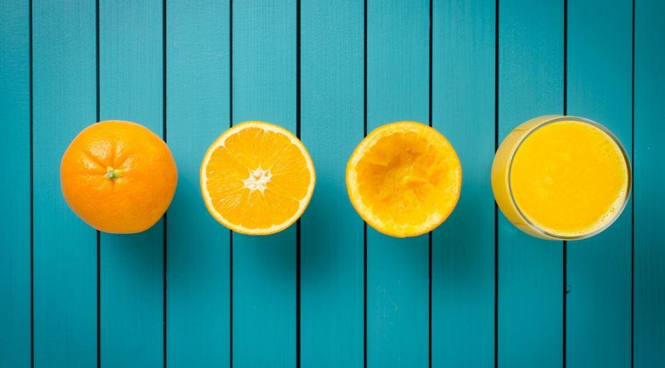 Sinaasappelen sap achtergrond blauw