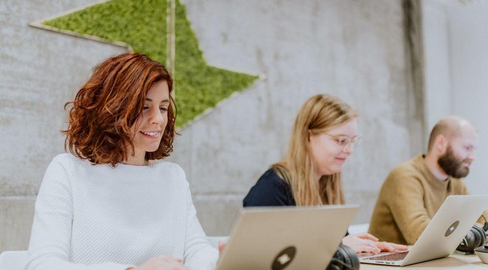 Teamleader drie personen laptop