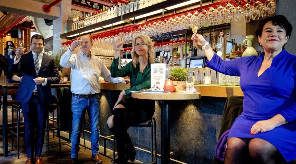 Veilig cafe bezoek utrecht corona mona keijzer