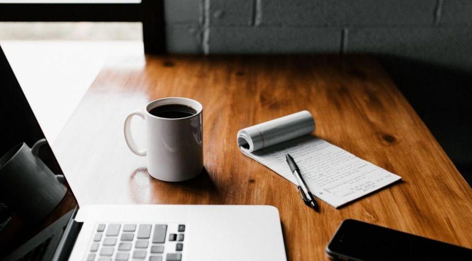 Werkplek thuis koffie laptop corona