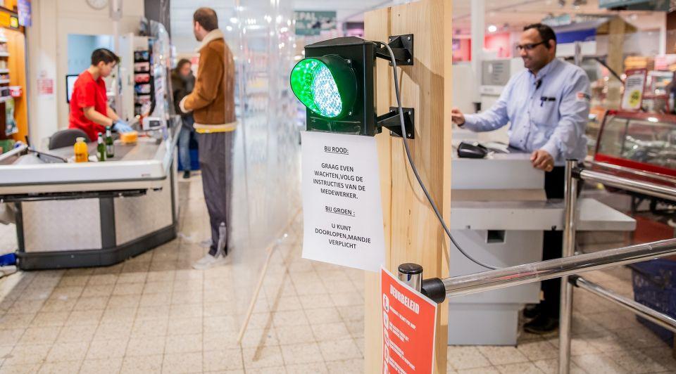 Winkelier stoplicht klanten corona anderhalvemeter economie