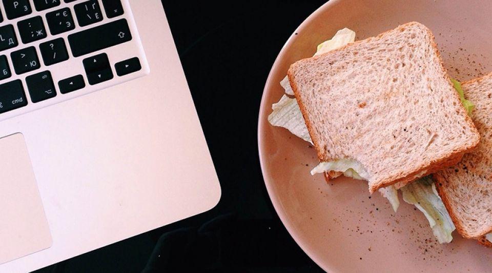 Lunch achter laptop