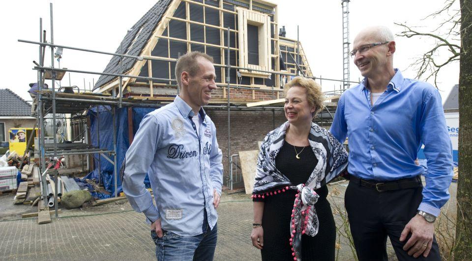 Maarten Nijland en de eigenaren Gaby en Herman Oude Brunink Frans Nikkels