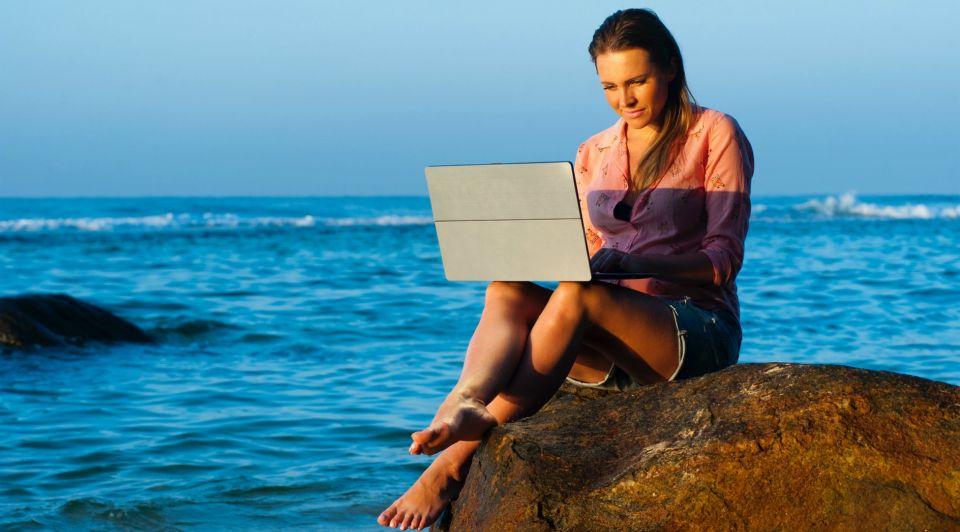 Beach lady laptop 319917