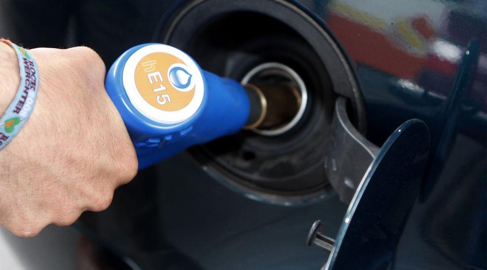 Benzine tanken auto zomer hitte