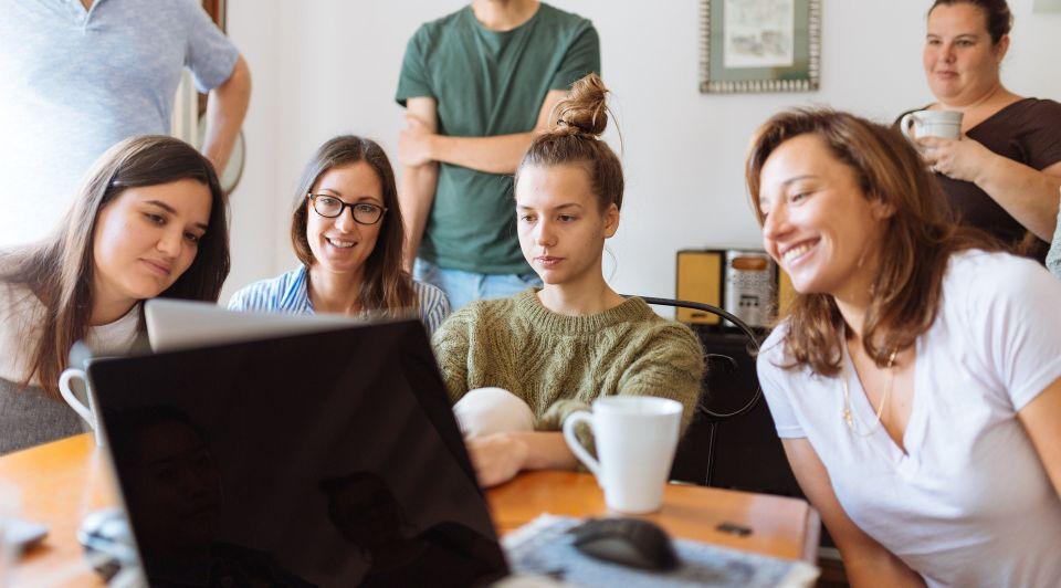 Familie bedrijf laptop pexels ondernemer innovatie start up