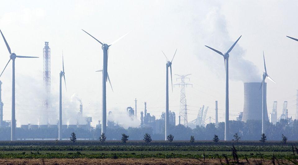 Haven havengebied bedrijventerrein windmolens industrie antwerpen