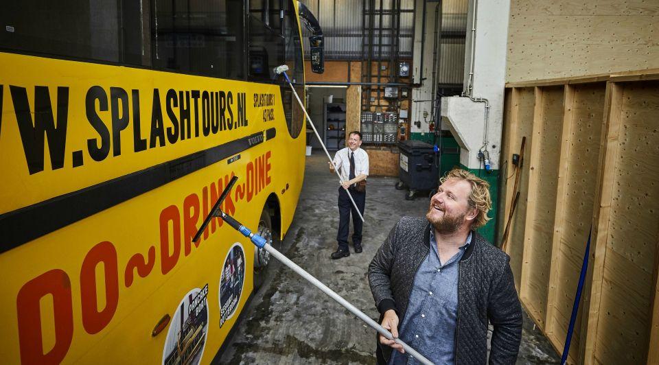 Jan de groen splashtours varende bus Rotterdam varen rijden vervoer schip gele dagjesmensen toeristen amfibi