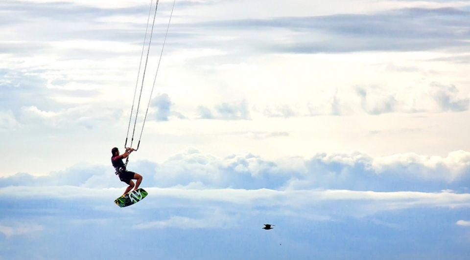 Jonge kitesurfers openen winkel webshop stock