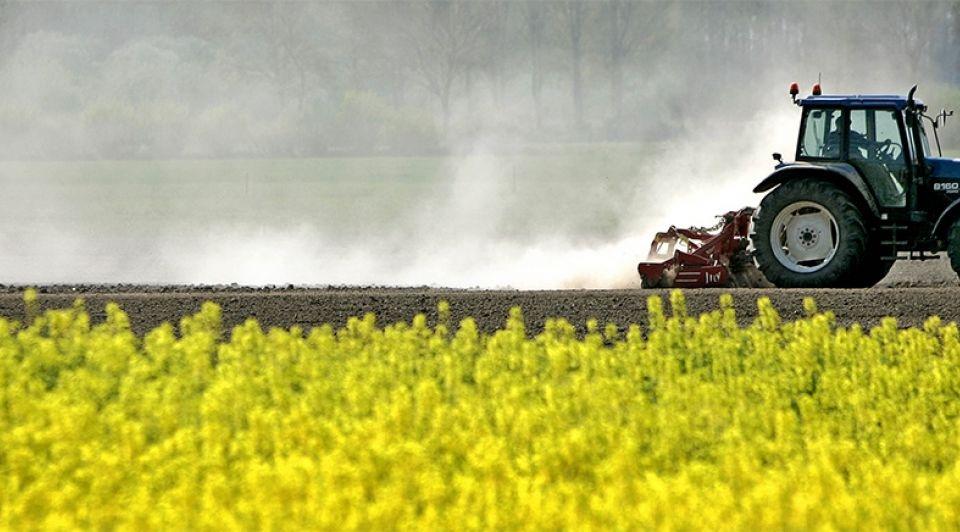 Landbouw platteland akker tractor noord brabant andel roteren
