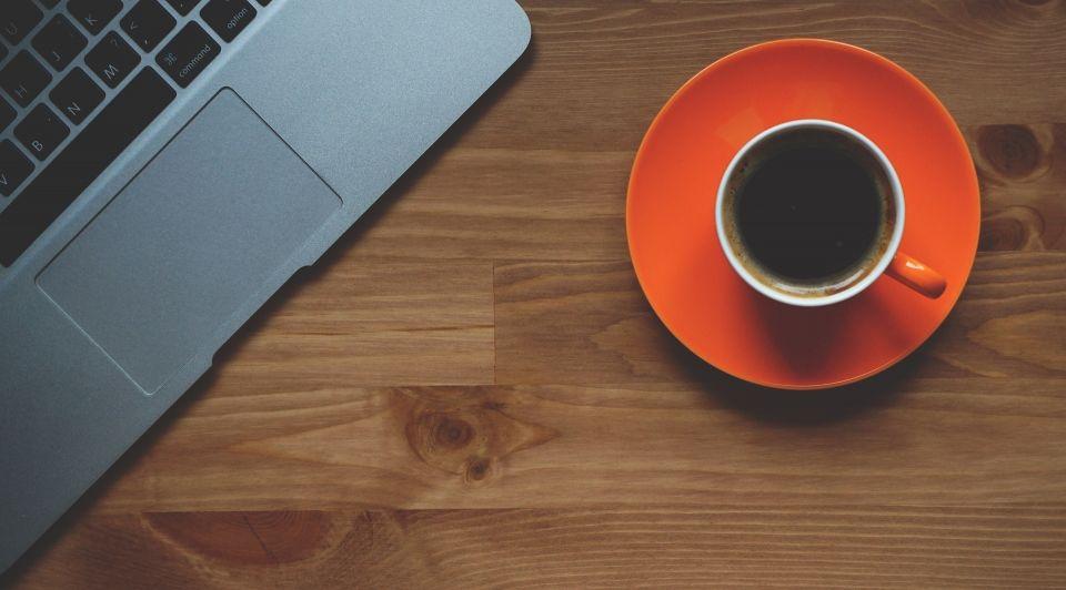 Laptop werkplek koffie thee stock