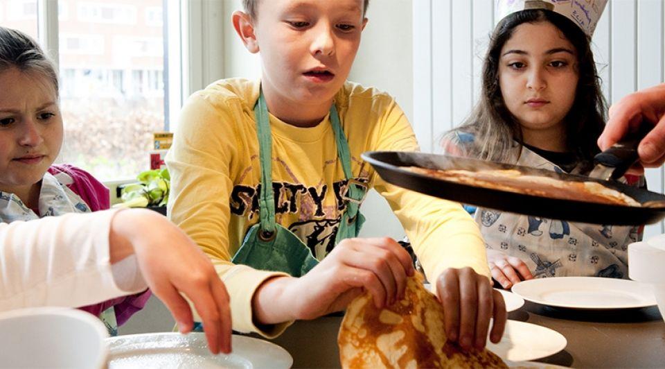 Pannenkoeken bakken kinderen