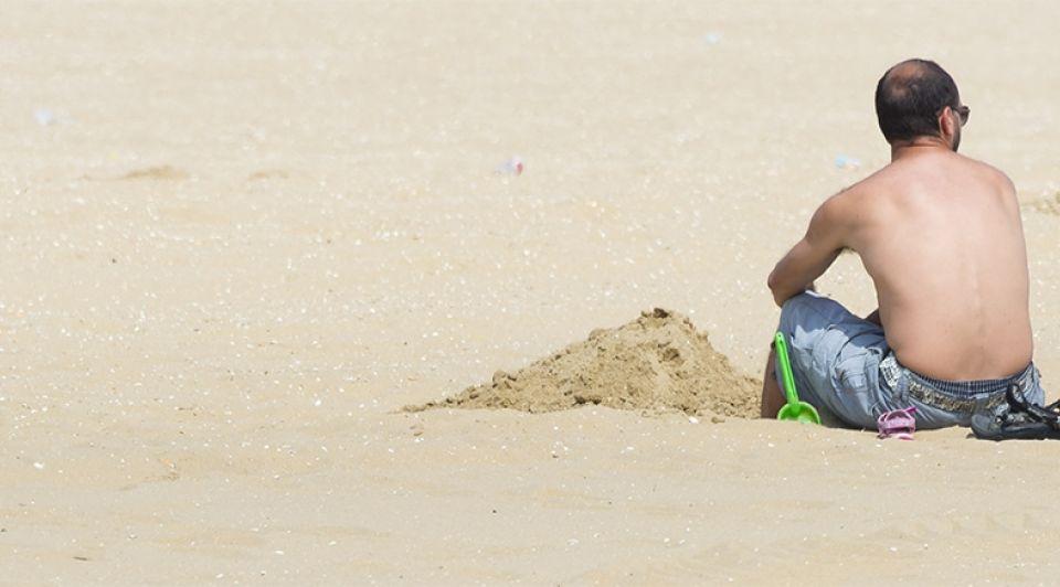 Strand zee toerist bijgesneden