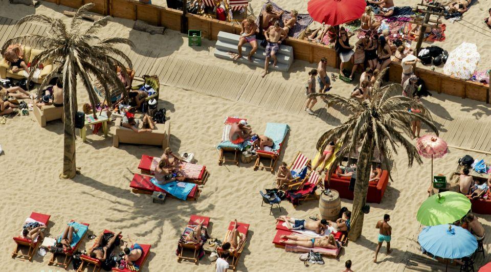 Strand zon zee strandtent paviljoen ondernemer strandtenthouder uitbater vakantie hittegolf personeel medewerkers