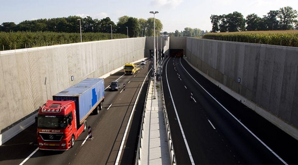 Vrachtwagentunnel1065