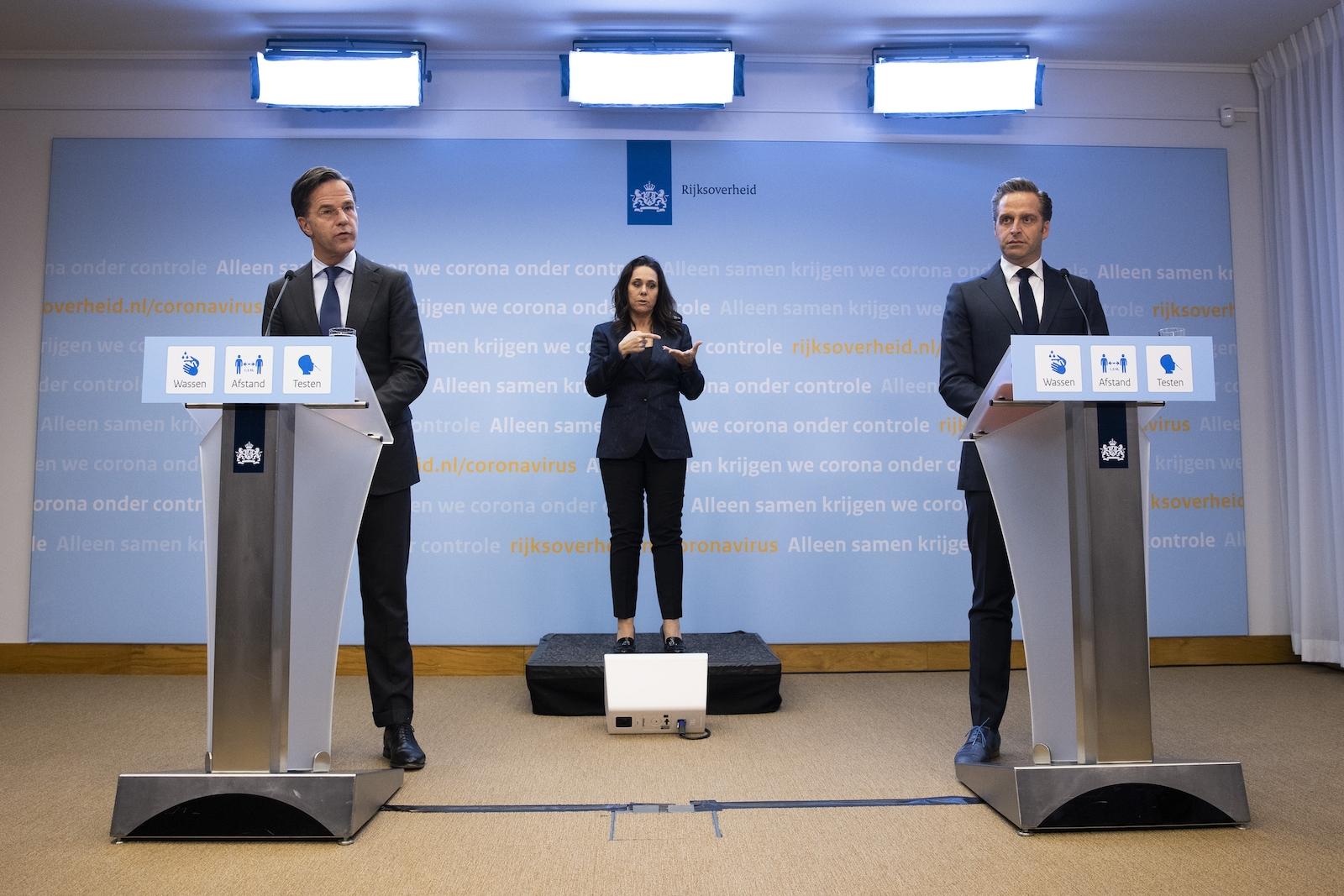 Premier Mark Rutte en minister Hugo de Jonge tijdens de persconferentie van dinsdag 28 april.